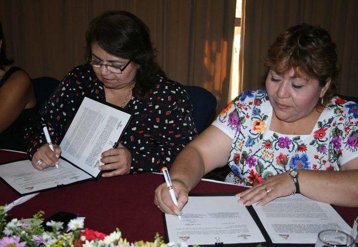 La firma del convenio. (SIPSE)