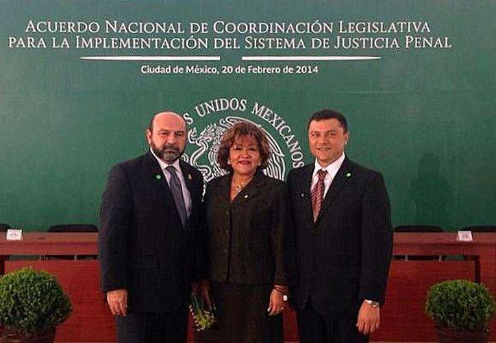 Los diputados Luis Hevia Jiménez, Flor Díaz Castillo y José Castillo Ruz, en la firma del Acuerdo de Coordinación Legislativa para la Implementación del Sistema de Justicia Penal. (Cortesía)
