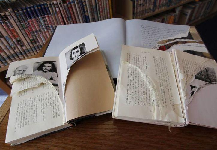 """Ejemplares dañados de """"El Diario de Ana Frank"""" y otros libros relacionados en la biblioteca de Shinjuku, en Tokio. (Agencias)"""