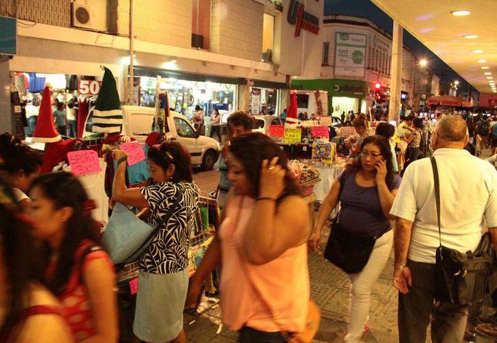Según la Canacome, en las aceras de esta zona de Mérida habrían más de 400 comerciantes informales. (Jorge Acosta/ Milenio Novedades)