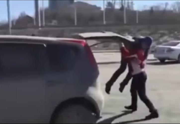 Mujer rusa 'le da una lección' a persona que la ofendió. (Captura de pantalla/YouTube)