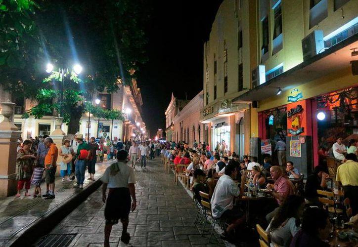 Un tramo de la calle 60 se cierra los sábados por la noche para permitir que los restauranteros saquen sus mesas y atraigan a más clientes. Ahora quieren que se cierre todos los días. (Milenio Novedades)