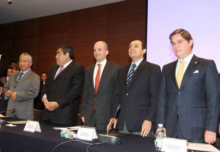 González Anaya (c) asistió a un foro en el Senado de la República. (imss.gob.mx)