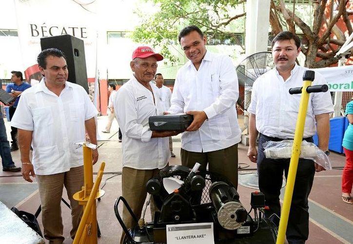 Ayer, el Gobernador entregó apoyos a 700 beneficiarios del programa Bienestar Laboral, por más de 4.7 mdp en la cancha de usos múltiples del IDEY. (Cortesía)