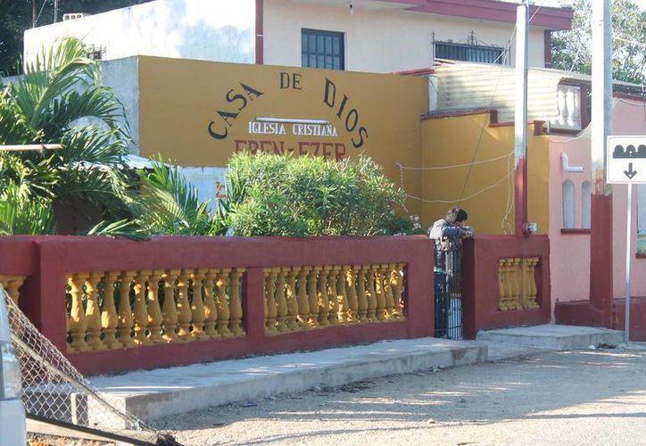 El 'pastor' y sus seguidores se encerraron en el templo desde la una de la madrugada del miércoles en espera del fin del mundo por la caída de un meteorito en la costa de Yucatán. (SIPSE)