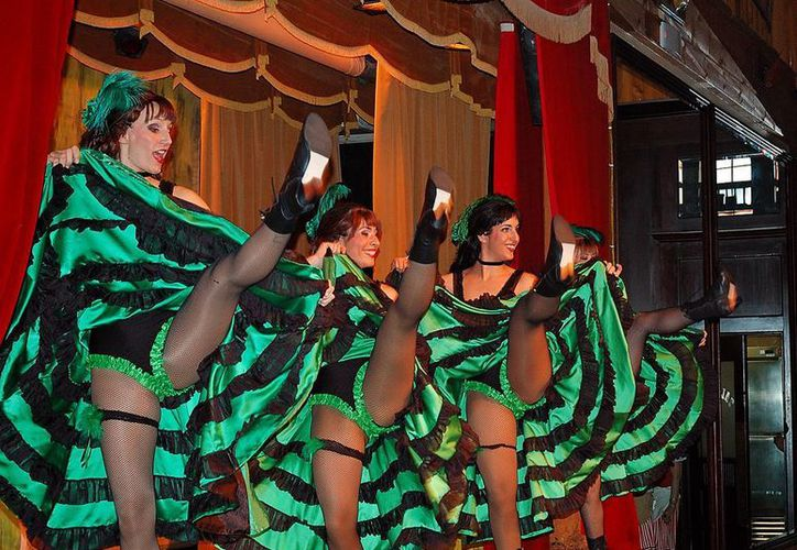 """Una vez al mes, el cuerpo de baile comparte con una decena de participantes """"la experiencia del french cancan"""". (farm3.static.com)"""