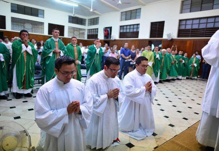 Seminaristas que recibieron ministerios anoche en el Seminario Conciliar de Yucatán. (Luis Pérez/SIPSE)