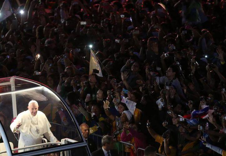 El pontífice llegó al tradicional rito en el papamóvil. (EFE)