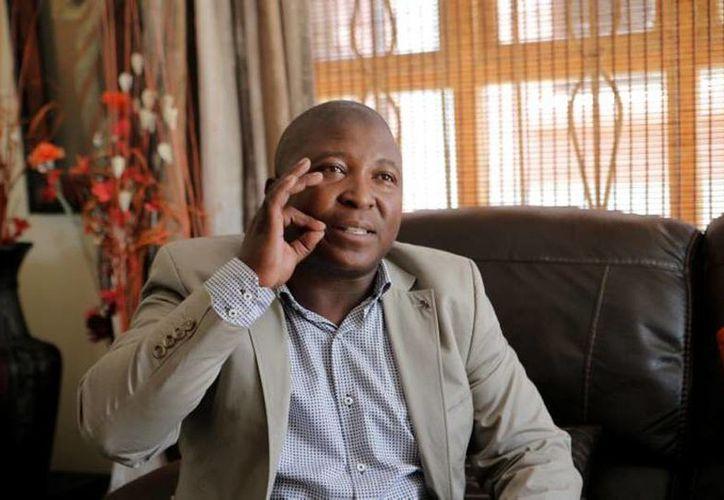 Thamsanqa Jantjie estuvo a menos de un metro de Obama durante el homenaje póstumo a Mandela. (Agencias)