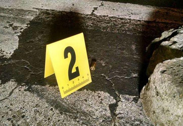 La Procuraduría indicó que también aseguraron 11 casquillos calibre 9mm y 4 bolsas con marihuana. (Alejandro González/Milenio)
