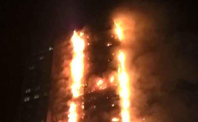 Un incendio consumió un edificio de 30 pisos en Londres, esta noche. (@LondonFire/Twitter)