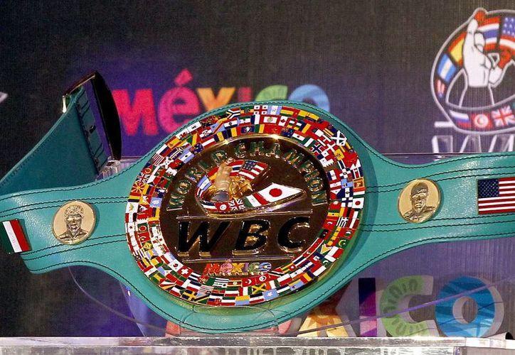 El cinturón de oro lleva grabado el nombre de México como estrategia publicitaria  porque la pelea será televisada a 140 países. (Notimex)