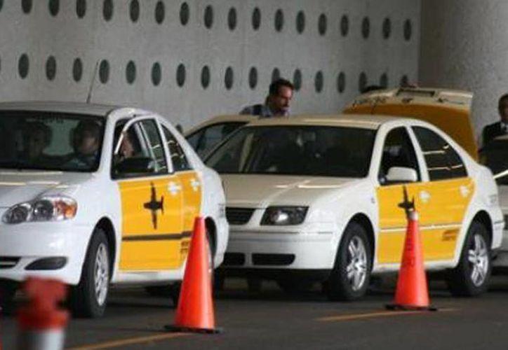 La CFCE investiga prácticas monopólicas en el servicio de taxis del AICM en la Ciudad de México. (Archivo/Agencias)