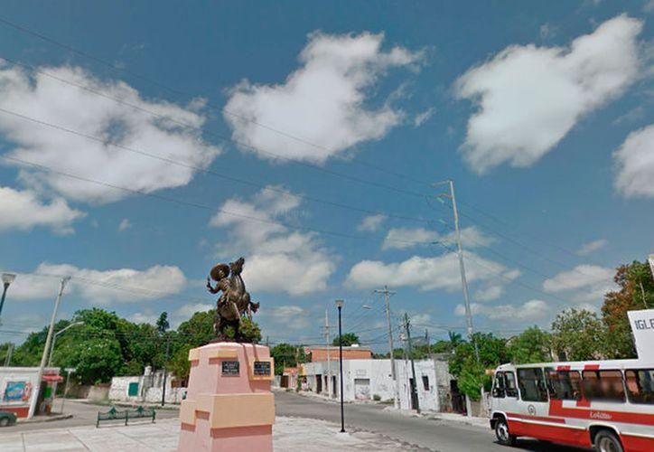 La estatua de Pedro Infante, una de las más grandes de Mérida, se ubica en la 91 con 62, del Centro. El Ayuntamiento no proyecta moverla, a pesar de que pretende construir otra obra en honor al cantante: un parque. (Google Street View)