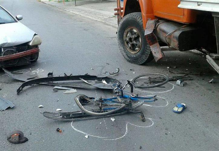 Así quedó la bicicleta partida en pedazos, luego que el ciclista fue arrollado por el conductor de un Corsa, en la colonia Cinco Colonias. (Aldo Pallota/SIPSE)