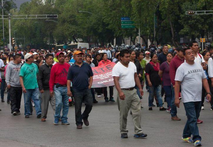 Imagen de los maestros de la Coordinadora Nacional de Trabajadores de la Educación durante una marcha sobre Avenida Paseo de la Reforma. Los maestros preparan un boicot contra los exámenes de la SEP. (Archivo/Notimex)