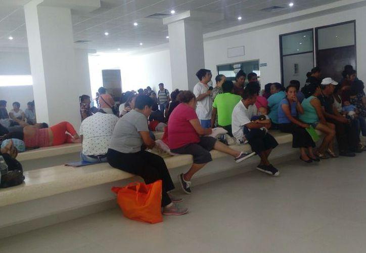La sala de espera del hospital estuvo concurrida. (Israel Leal/SIPSE)