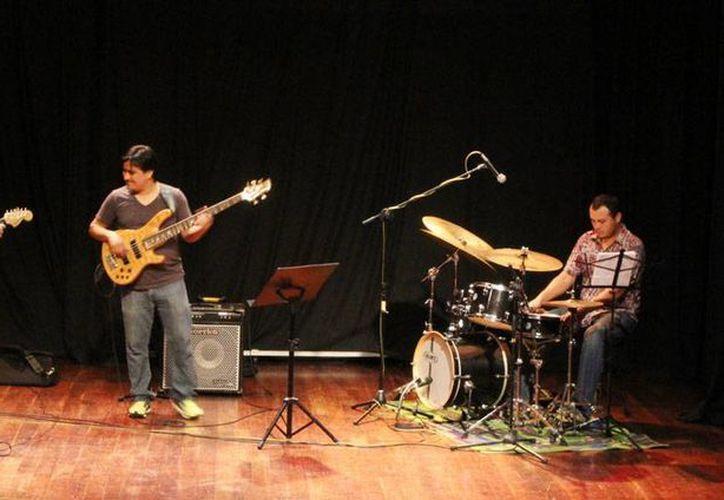 Sur Jazz Trío ofrecerá un recital el próximo martes 16 de junio, en los bajos de Palacio Municipal de Conkal, como parte de la Primavera Cultural 2015. (Cortesía Sedeculta)