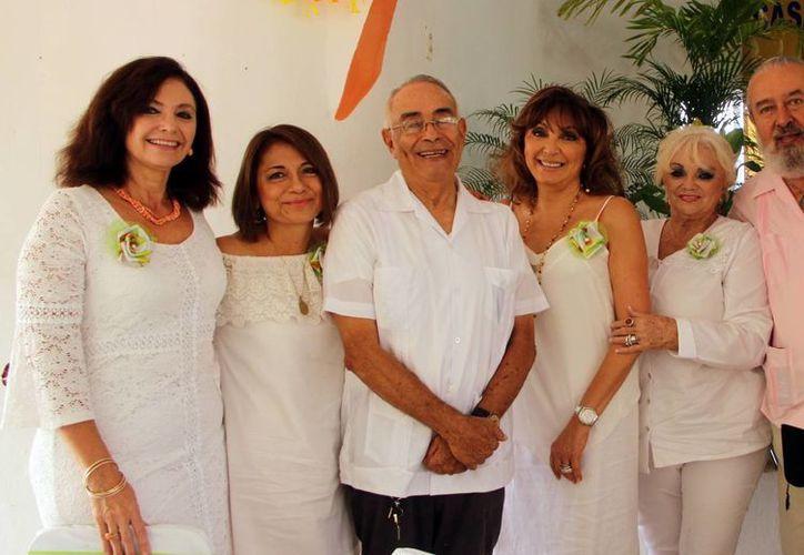 El padre Raúl Ignacio Kemp (c) acompañado de algunas personas del patronato de ayuda. (Milenio Novedades)