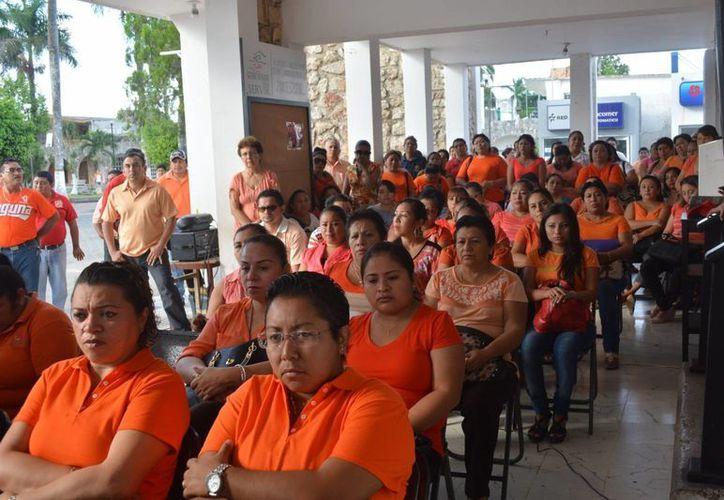 Utilizan el color naranja como una manera de sumarse a esta lucha y como rechazo a todos los tipos de violencia. (Manuel Salazar/SIPSE)