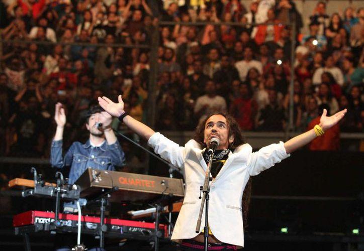 Café Tacvba hizo vibrar a los asistentes a su presentación en el Palacio de los Deportes. (Notimex)