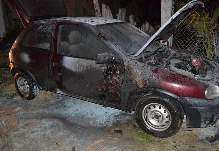 """Vehículo se incendia a las puertas de su casa en el fraccionamiento Residencial del Norte """"Chenkú"""", al poniente de Mérida. (SIPSE)"""