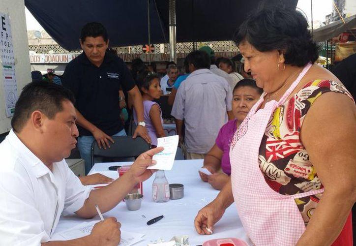 Locatarios del mercado San Benito aprovecharon los servicios que ofrece la Feria de la Salud. (SIPSE)