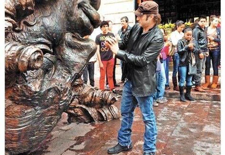 Robert Rodríguez recorre la exposición de esculturas monumentales en Morelia.(Milenio)