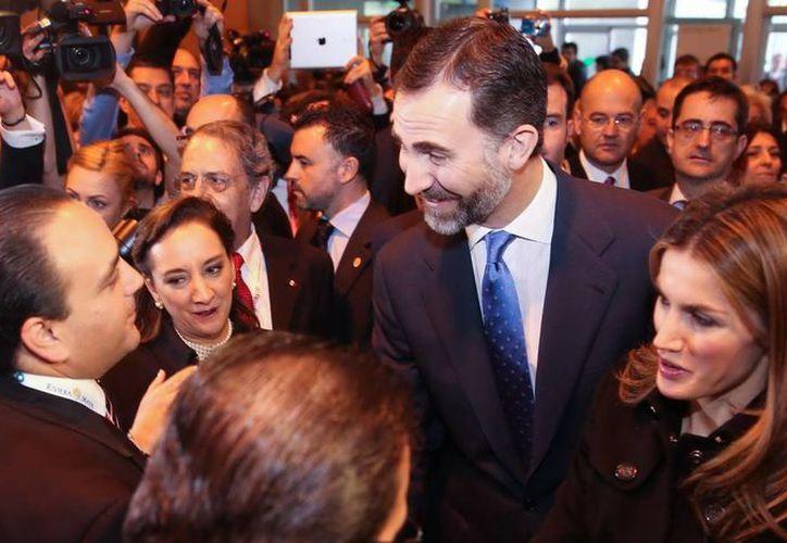 El gobernador saludó al príncipe Felipe de Borbón y a su esposa Leticia. (Redacción/SIPSE)