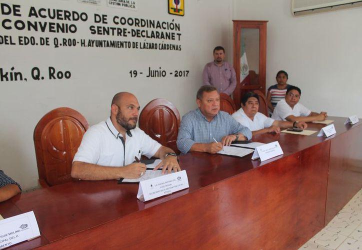 Las autoridades firmaron el acuerdo de coordinación y de convenio Sentre-Declaranet. (Gloria Poot/SIPSE)