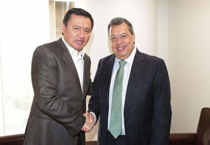 El exgobernador de Guerrero, Ángel Aguirre durante una reunión con el secretario de Gobernación, Miguel Ángel Osorio Chong. (Archivo/Notimex)