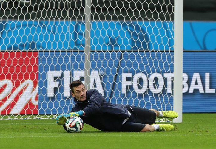 Hugo Lloris, de 27 años, podría cumplir el sueño de todo futbolista: jugar en el Real Madrid, pero tendría que esperar al retiro de Iker Casillas. (EFE)
