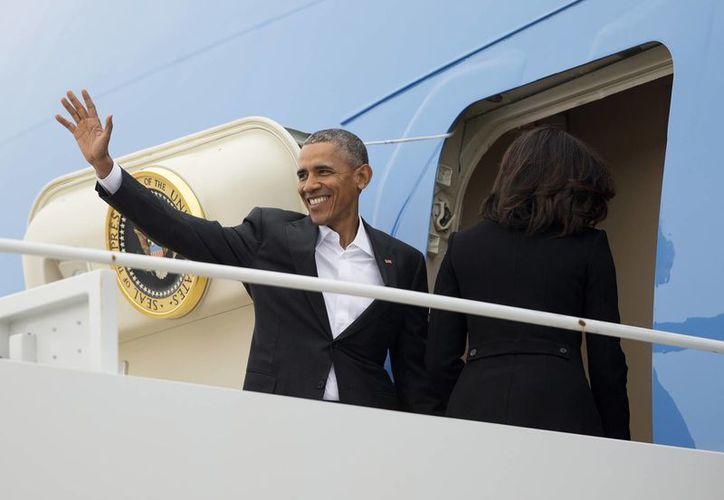 Barack Obama aborda el avión Air Force One en la Base Andrews, con destino a La Habana, Cuba. (AP)