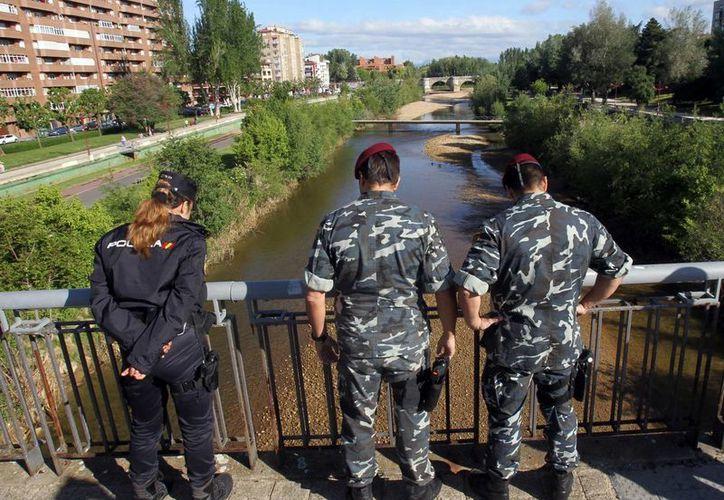 La Policía Nacional buscaba ayer el arma de fuego que acabó con la vida de la presidenta de la Diputación de León y presidenta provincial del PP, Isabel Carrasco, en el cauce del río Bernesga. (EFE)