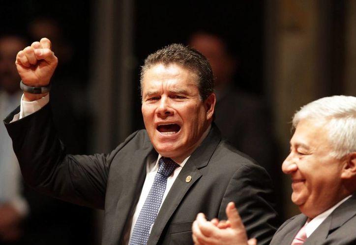 Juan Díaz de la Torre, que aparece con el secretario de Educación Emilio Chuayffet, asegura que el SNTE se mantiene firme. (Archivo/Notimex)