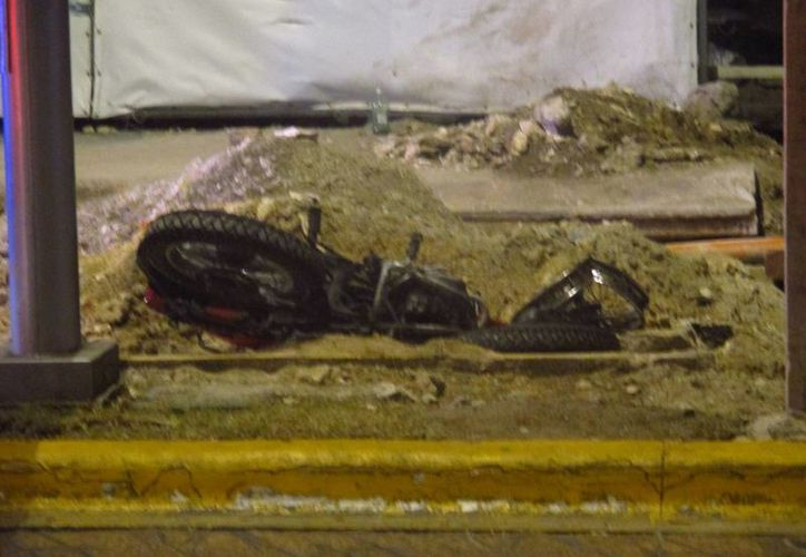 Un motociclista perdió la vida al pasar cerca de las obras de remodelación del parque Juárez. (Redacción/SIPSE)