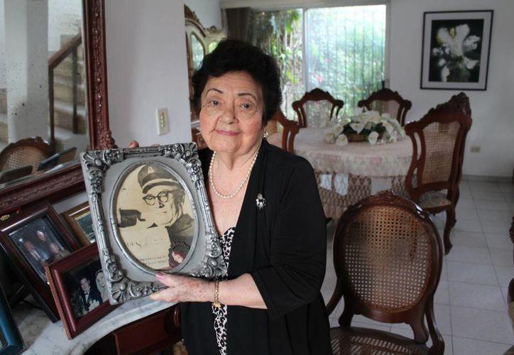 Doña Adela Sierra de Sobrino, en su casa de la Col. México y rodeada de sus recuerdos. (Martiniano Alcocer/SIPSE)