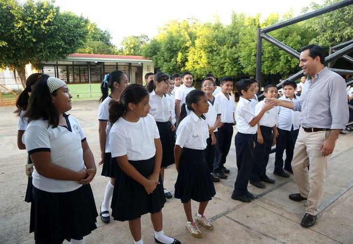 El Alcalde Mauricio Vila Dosal saluda a los alumnos de la primaria 'Felipe Carrillo Puerto', ubicada en Cinco Colonias. (Milenio Novedades)