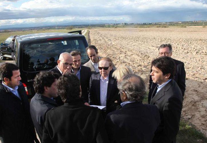 el director general de Las Vegas Sands Corp., Sheldon Adelson, al centro con anteojos oscuros, habla con delegados durante una visita a Alcorcón en las afueras de Madrid. (Agencias)