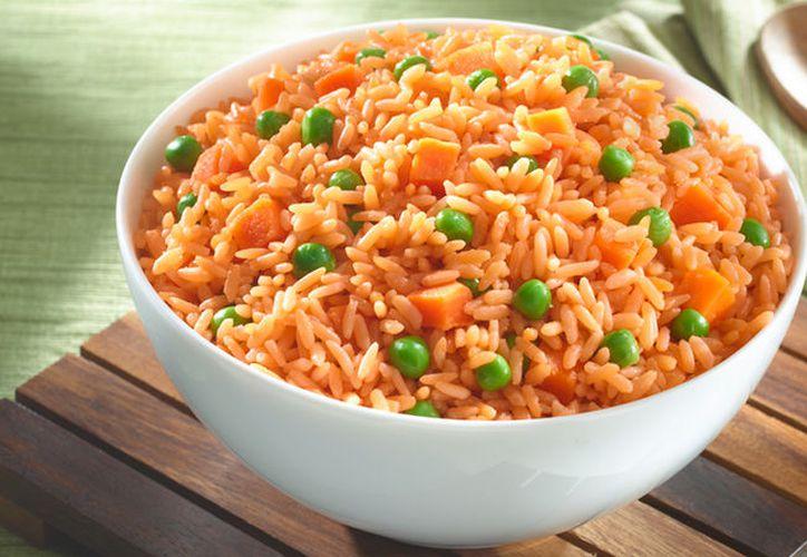 Si el arroz no se calienta lo suficiente, las bacterias pueden multiplicarse, causando intoxicación, vómitos y diarrea. (Contexto/Internet)