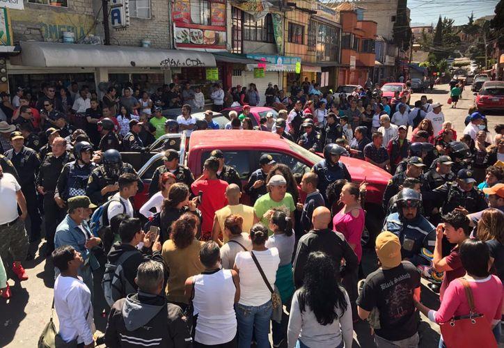 El dueño del vehículo se ostentó como elemento de una corporación policíaca. (Foto: La Jornada)