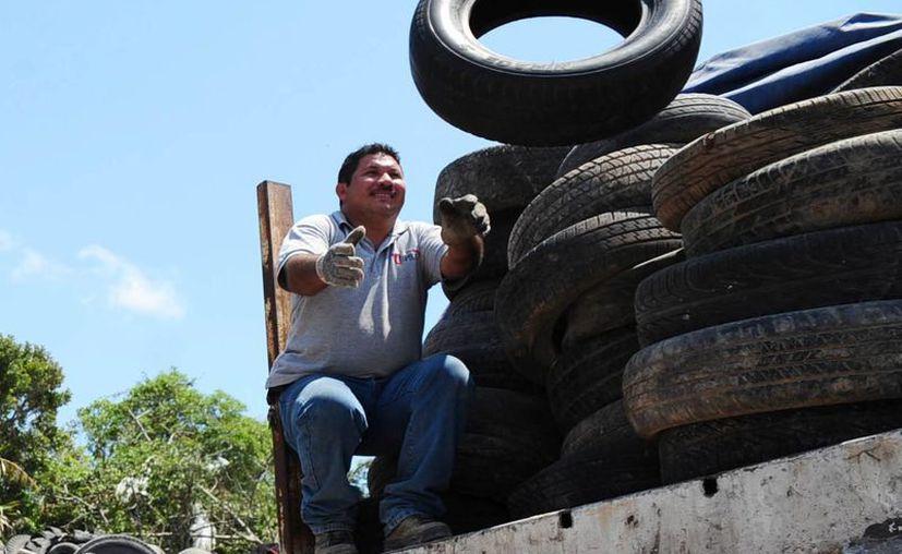 Al año se desechan en el país aproximadamente 27 millones de llantas. (Miguel Ángel Ortiz/SIPSE)