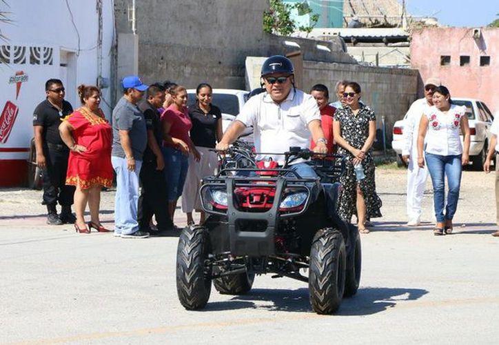 El alcalde de Lázaro Cárdenas entregó cuatrimotos a la alcaldía. (Gloria Poot/SIPSE)