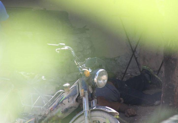 Un hombre fue asesinado por uno de sus vecinos con quien discutió por una motocicleta, ayer en el asentamiento Tres Reyes. (Redacción/SIPSE)