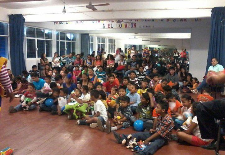 Alrededor de 90 niños del Centro de Atención Múltiple disfrutaron de los payasos. (Lara Alfaro/SIPSE)