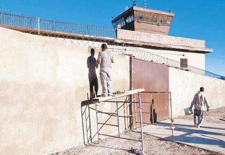 Los presos dan mantenimiento a la prisión que visitará el papa Francisco durante su estancia en México. (Milenio Digital)