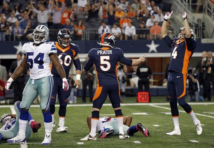 Broncos de Denver festejan el gol de campo que les dio el triunfo sobre los Cowboys de Dallas. (Agencias)
