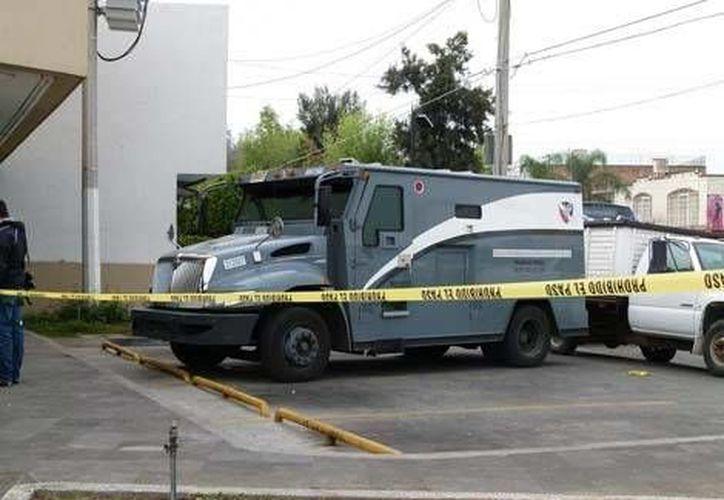 La policía aún busca a los cuatro delincuentes autores del asalto a balazos. (www.jalisco.milenio.com/Contexto)