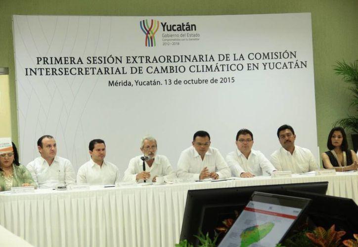 Durante la primera sesión extraordinaria de la Comisión Intersecretarial de Cambio Climático de Yucatán, el secretario de Desarrollo Urbano y Medio Ambiente, Eduardo Batllori, presentó los Proyectos que se realizarán el próximo año y el anexo del Presupuesto de Egresos 2016. (Jorge Acosta/SIPSE)