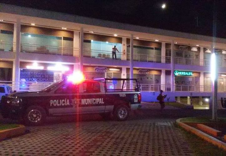 Finalmente el cuerpo de la víctima fue levantado por el personas de Servicios Periciales. (Redacción)